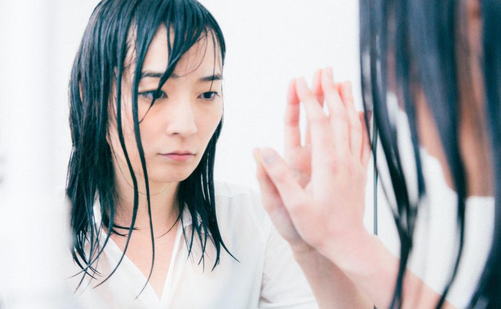 鏡の中の自分に語りかける失恋女子