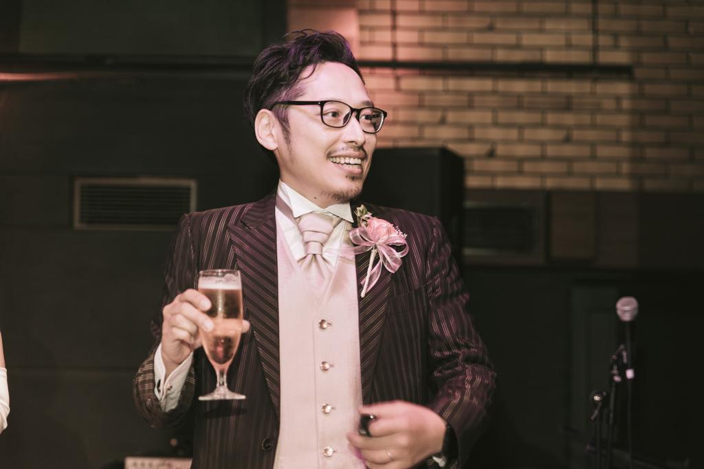 結婚式で嬉しそうに乾杯する新郎