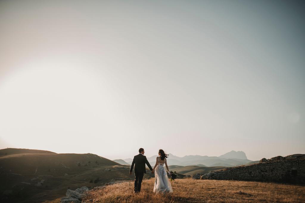 結婚式が終わり駆け出す新郎新婦