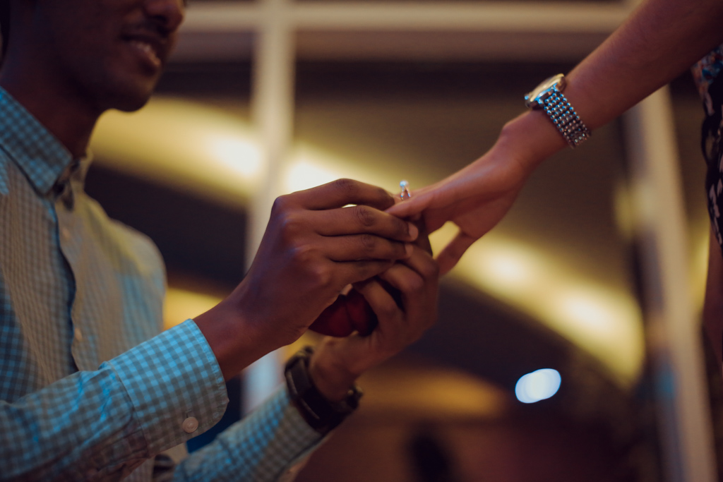 プロポーズに成功して結婚指輪をはめる男性