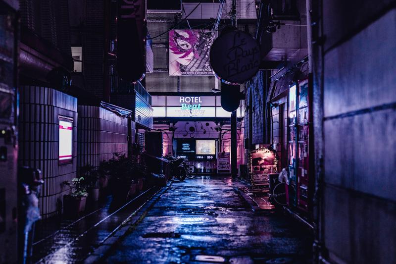 夜の渋谷に静かにたたずむラブホテル