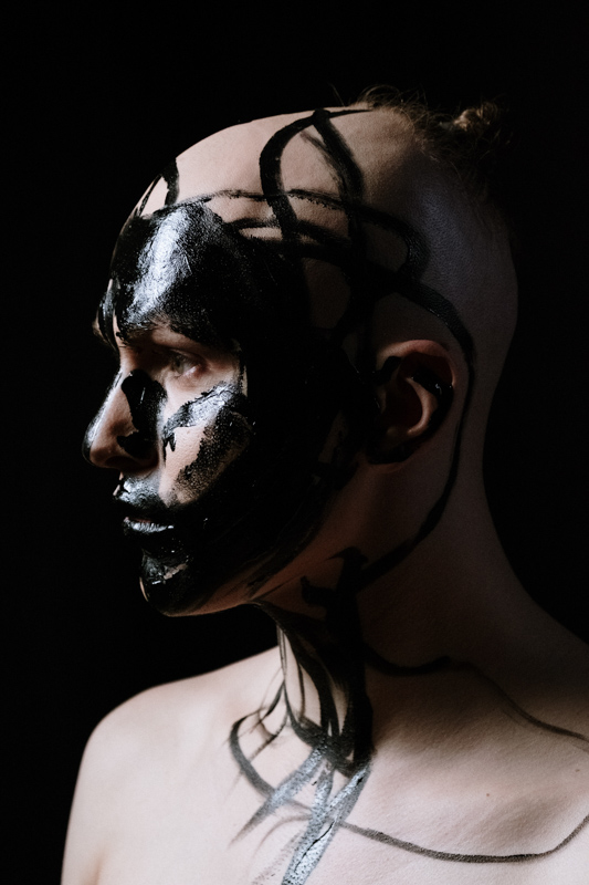 顔中に墨を塗りたくった髪の無い人