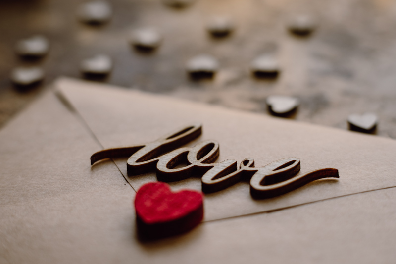 loveと書かれハートのスタンプで封がされた手紙