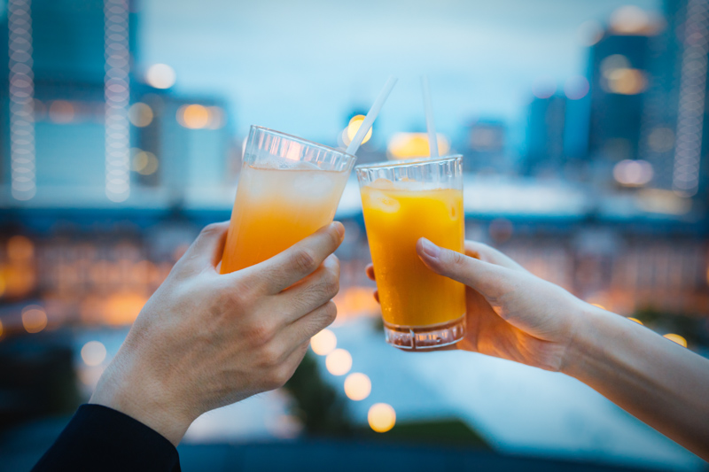 夕暮れの中乾杯するカップル