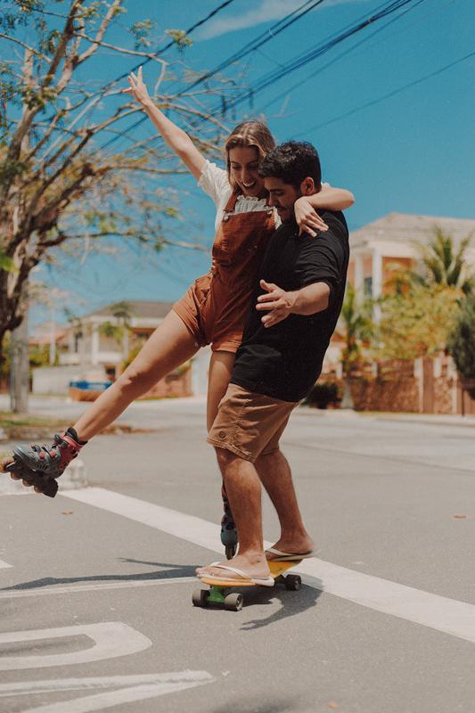 街中の道路でローラースケートで遊ぶカップル