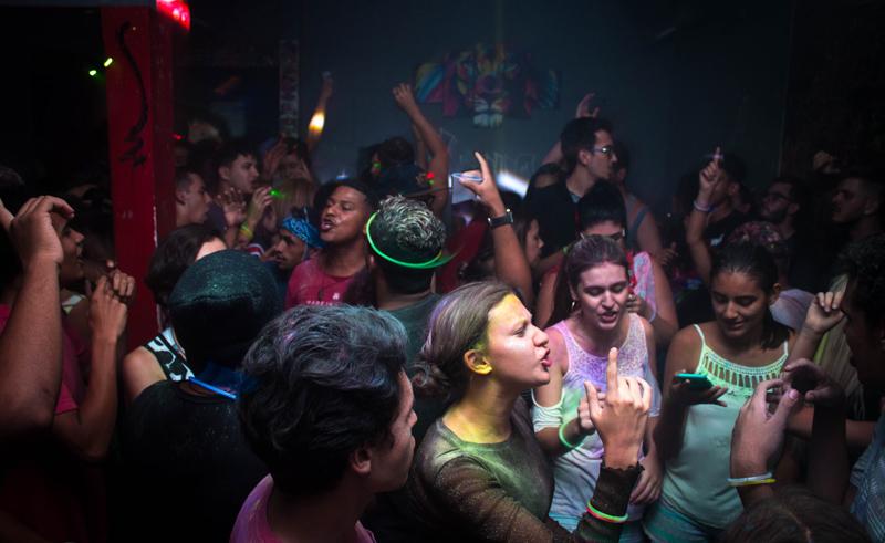 人々が踊るナイトクラブ